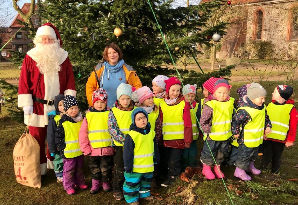 Die fleißige Weihnachtsgruppe mit Baum